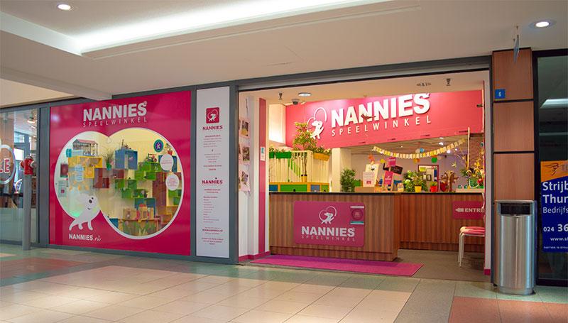 de voorkant en ingang van Nannies Speelwinkel