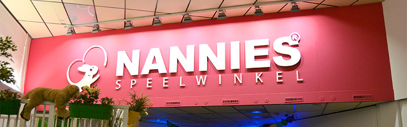 bord met het logo van Nannies Speelwinkel
